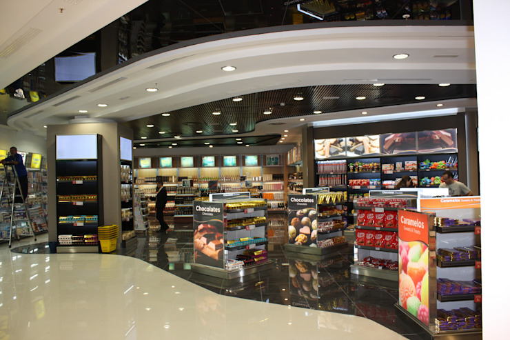 Comercio en aeropuerto Adolfo Suarez-Barajas (Madrid) Espacios comerciales de estilo moderno de URBAQ arquitectos Moderno