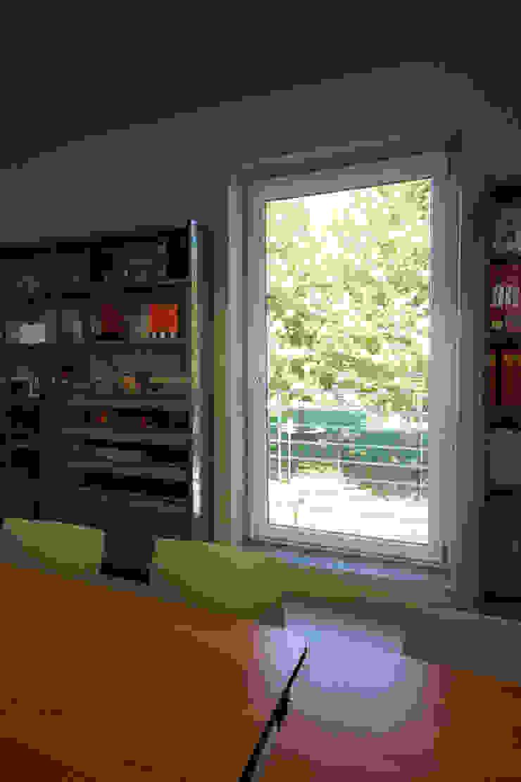 vista del giardino dalla sala polivalente di daniele galliani Minimalista
