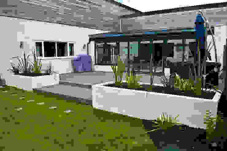 Yellow Balau Hardwood Deck, Chester Jardines de estilo moderno de Native Landscape Design Moderno