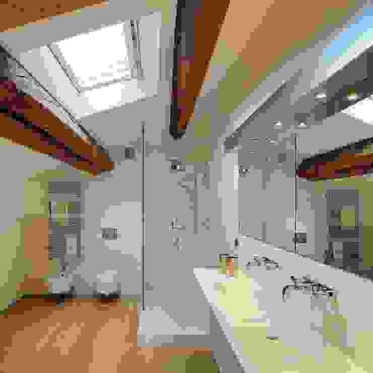 Baños de estilo moderno de M A+D Menzo Architettura+Design Moderno