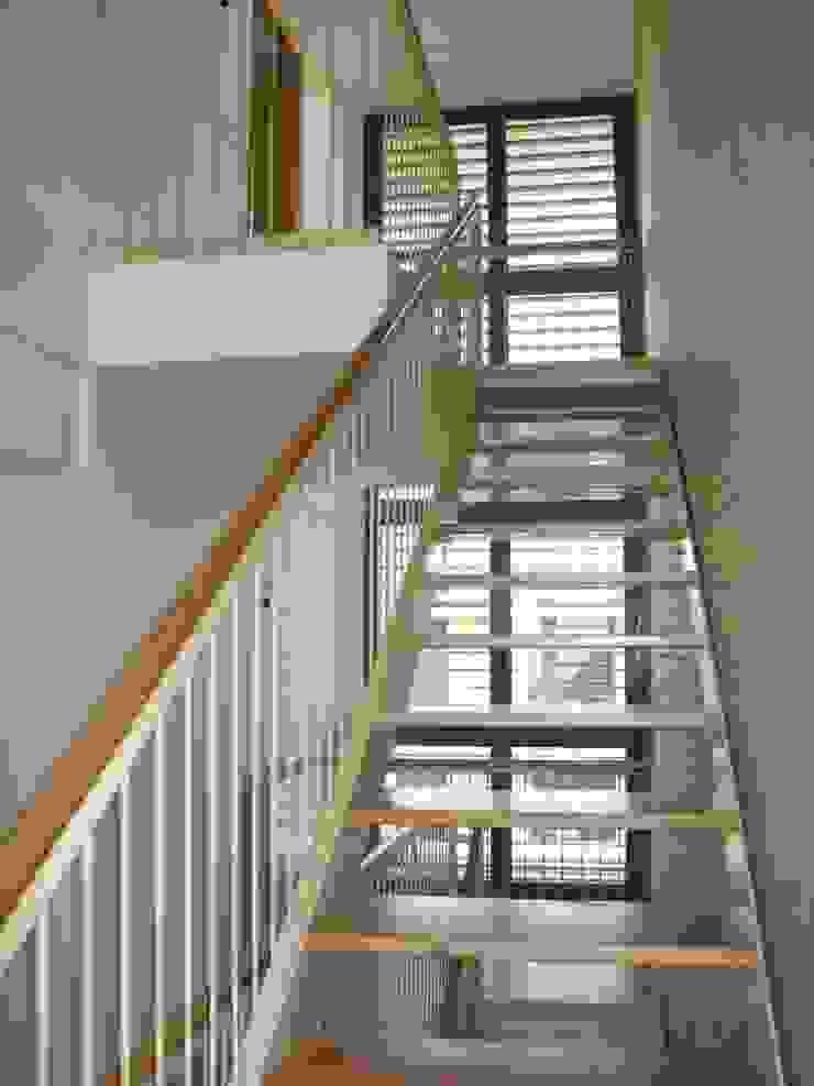 Escalera interior y ventanal a dos plantas Pasillos, vestíbulos y escaleras de estilo moderno de ARQUIGESTIÓN ARAGÓN S.L.P. Moderno