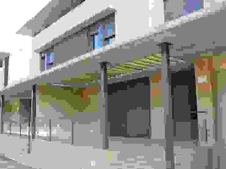 Fachada posterior Casas de estilo moderno de ARQUIGESTIÓN ARAGÓN S.L.P. Moderno
