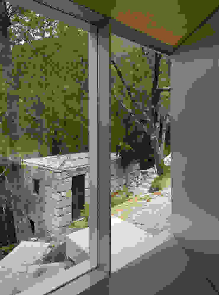 Casa no Gerês Janelas e portas modernas por CORREIA/RAGAZZI ARQUITECTOS Moderno