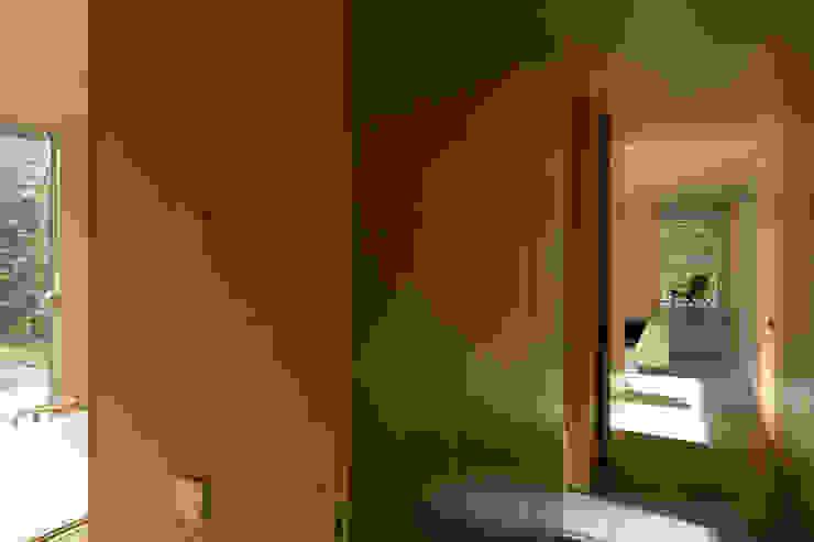 Casa no Gerês Corredores, halls e escadas modernos por CORREIA/RAGAZZI ARQUITECTOS Moderno