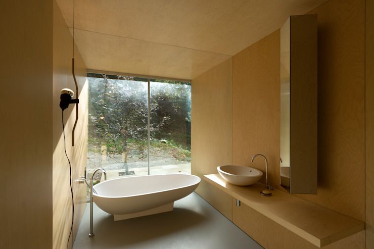 Casa no Gerês Nowoczesna łazienka od CORREIA/RAGAZZI ARQUITECTOS Nowoczesny