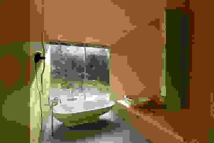 Casa no Gerês Modern bathroom by CORREIA/RAGAZZI ARQUITECTOS Modern