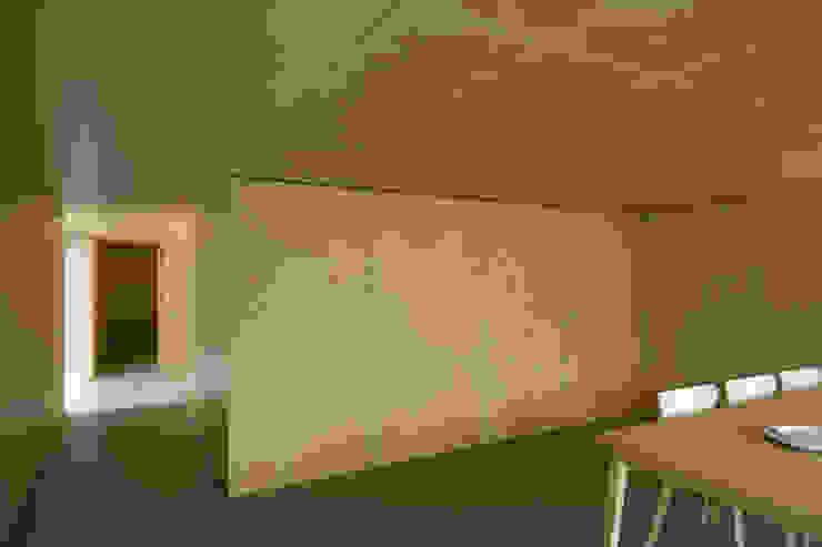 Casa no Gerês Nowoczesny salon od CORREIA/RAGAZZI ARQUITECTOS Nowoczesny