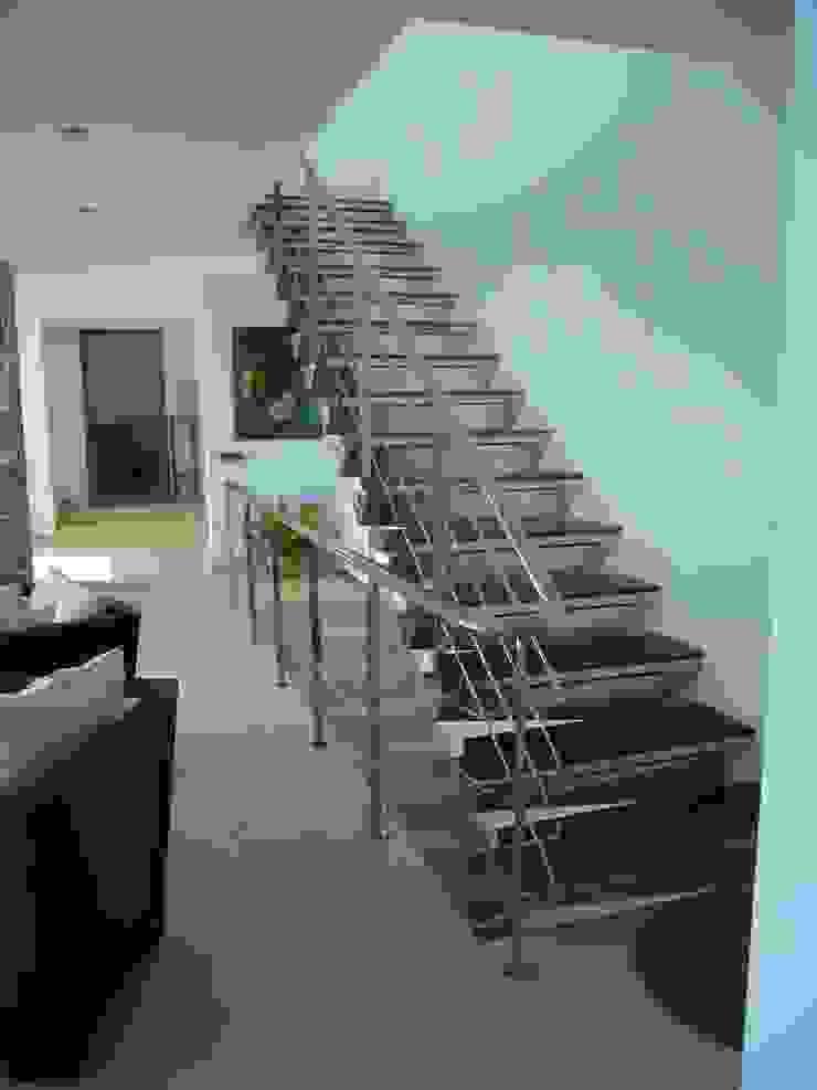 escalera en salón. de ARQUISURLAURO S.L.P. Moderno