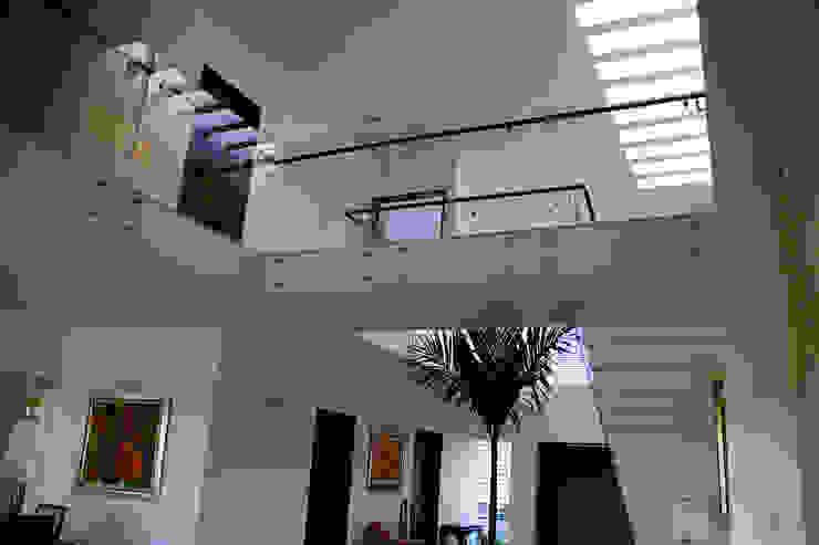 Casa Mazatlán Pasillos, vestíbulos y escaleras modernos de homify Moderno