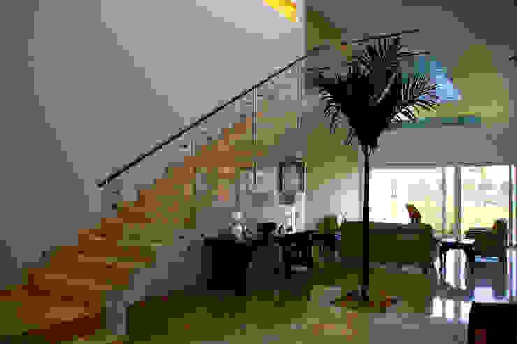 Casa Mazatlán Pasillos, vestíbulos y escaleras de estilo moderno de homify Moderno