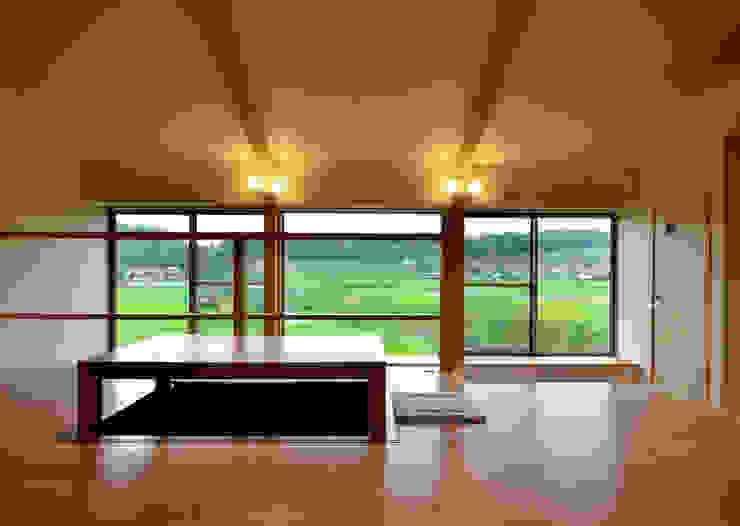 Salones modernos de 宮崎環境建築設計 Moderno