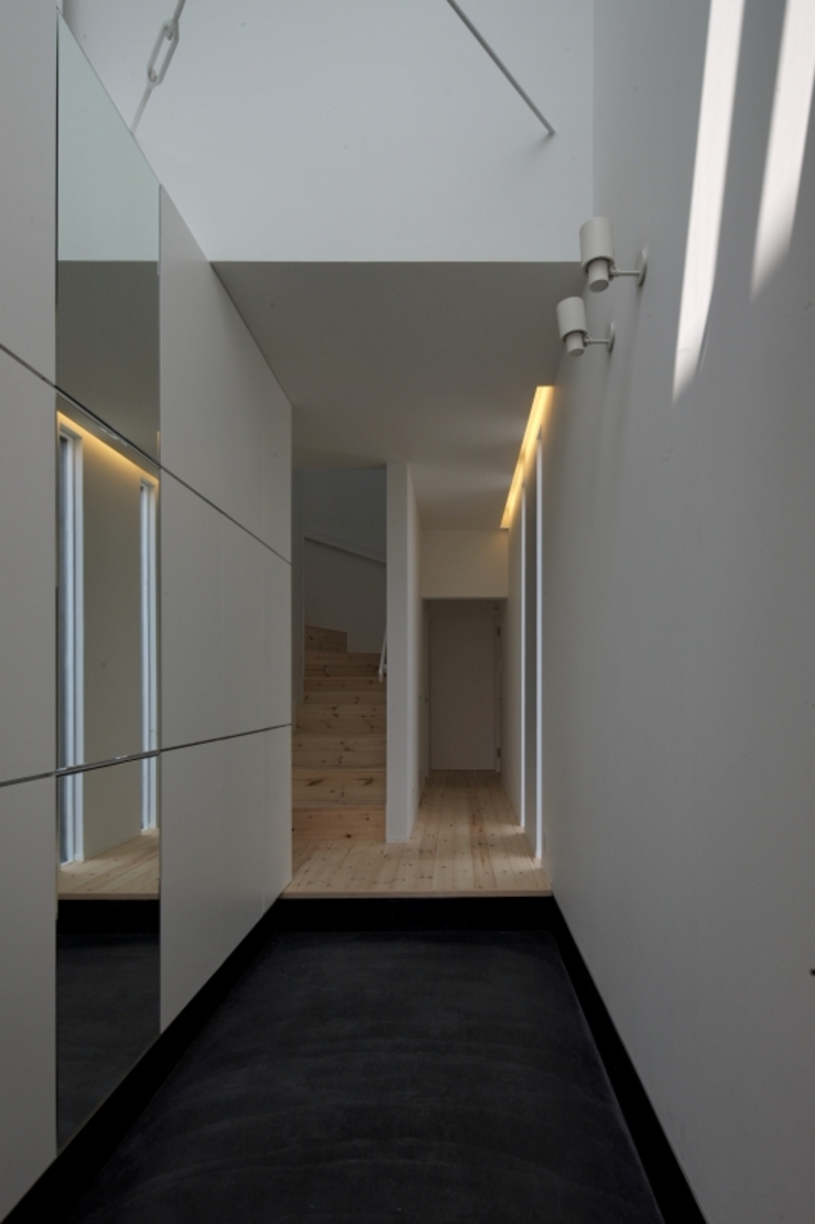 松原の黒い家 モダンスタイルの 玄関&廊下&階段 の eu建築設計 モダン