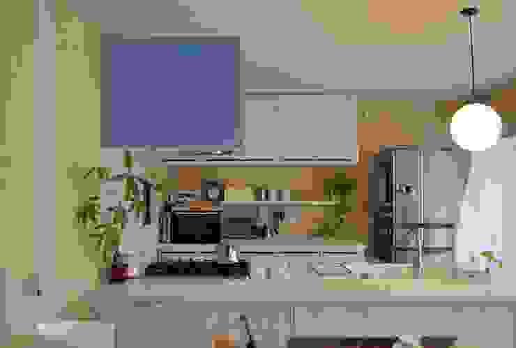 松原の黒い家 カントリーデザインの キッチン の eu建築設計 カントリー