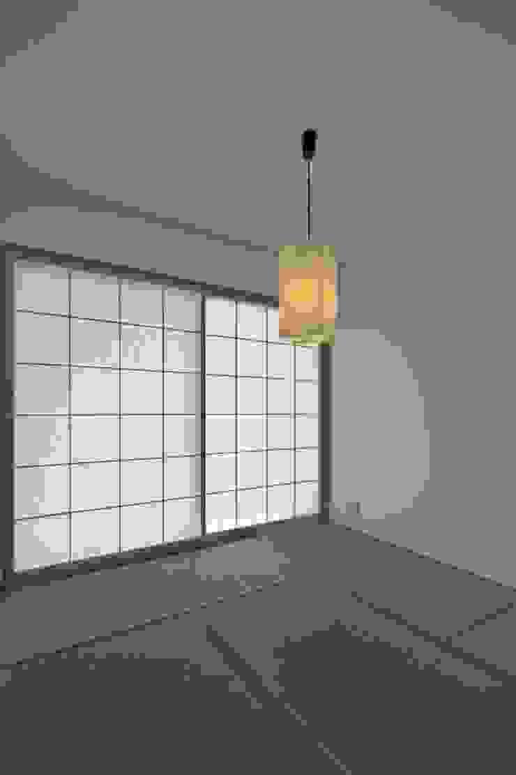 松原の黒い家 モダンデザインの 多目的室 の eu建築設計 モダン