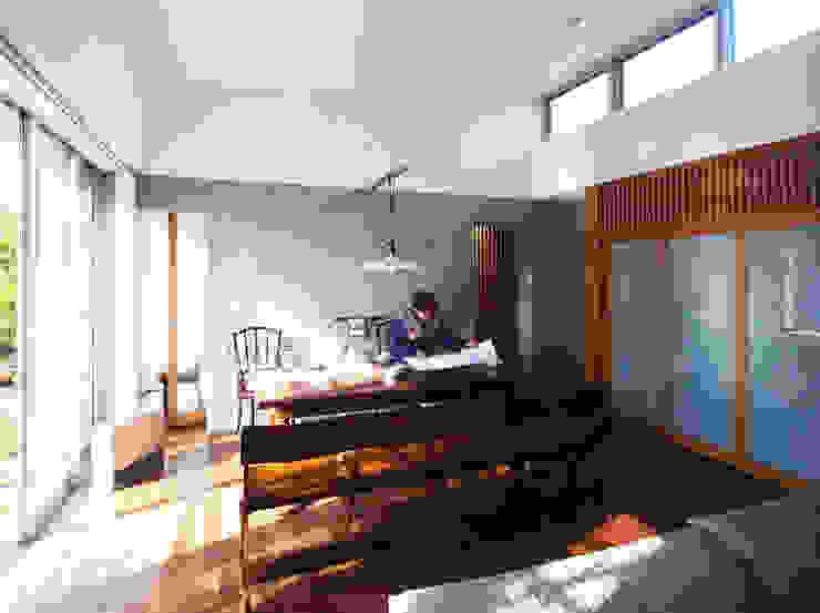 緑の環境と住宅 モダンデザインの リビング の ユミラ建築設計室 モダン