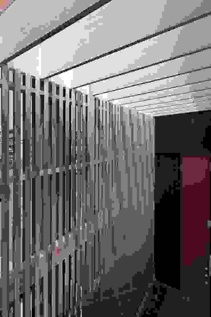 松原の黒い家 モダンな庭 の eu建築設計 モダン