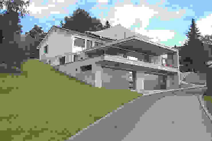 Südfassade Moderner Balkon, Veranda & Terrasse von Schweizer Architekten HTl/STV Modern