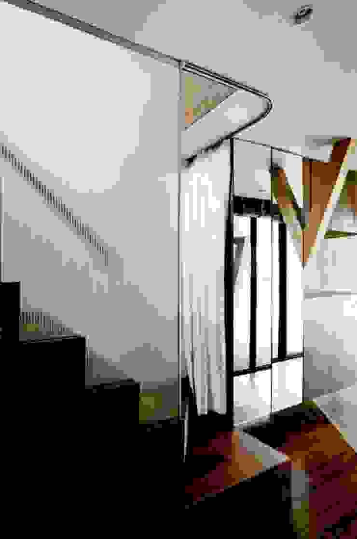 Nowoczesny korytarz, przedpokój i schody od eu建築設計 Nowoczesny
