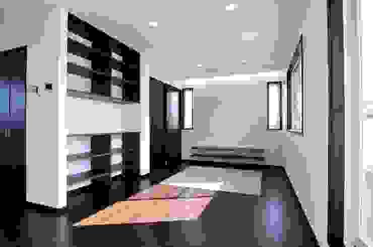 スクエア建築スタジオ Salones de estilo moderno