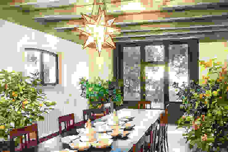 Minimalist dining room by Studio Athesis Minimalist