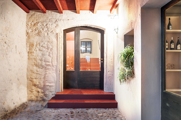 Country style corridor, hallway& stairs by Studio Athesis Country