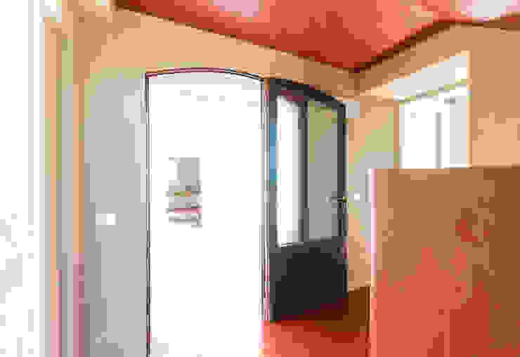 Minimalist corridor, hallway & stairs by Studio Athesis Minimalist