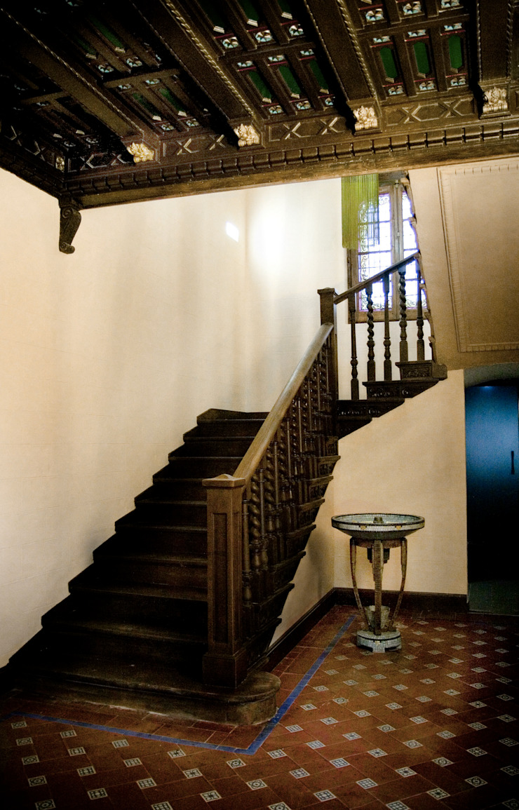 Escaleras, estado reformado Hoteles de estilo clásico de ARQUIGESTIÓN ARAGÓN S.L.P. Clásico