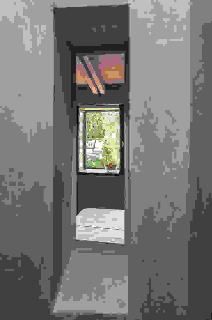 Minimalist style bathroom by Studio Athesis Minimalist