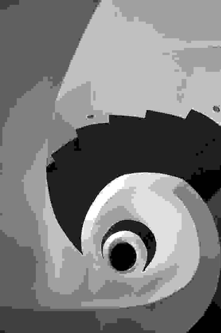 EK HOUSE SAKLIKORU Modern corridor, hallway & stairs by Esra Kazmirci Mimarlik Modern