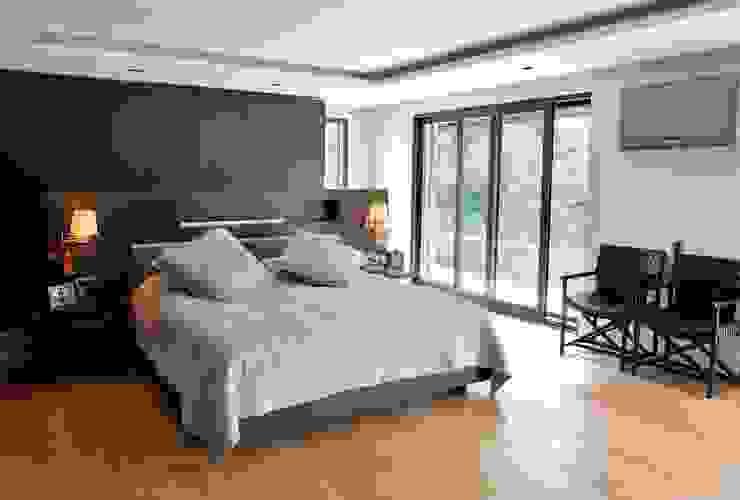 EK HOUSE SAKLIKORU Modern style bedroom by Esra Kazmirci Mimarlik Modern