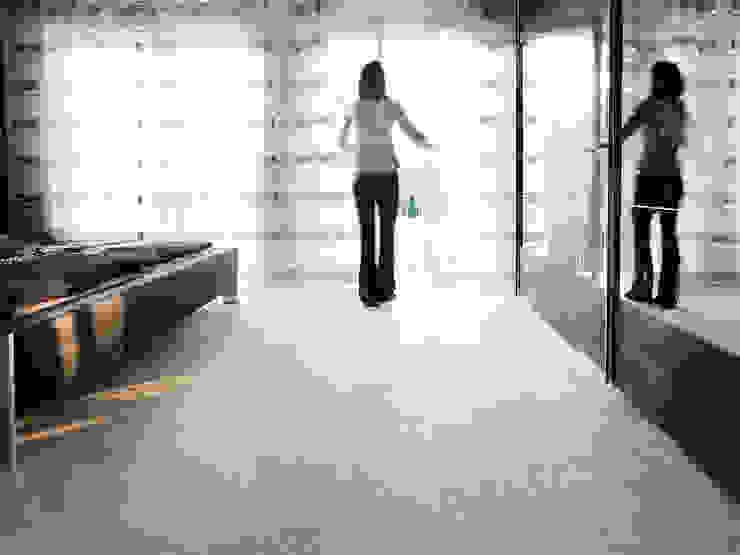 Moderne und individuelle Travertin Medium Line-Fliesen Moderne Schlafzimmer von jonastone Modern