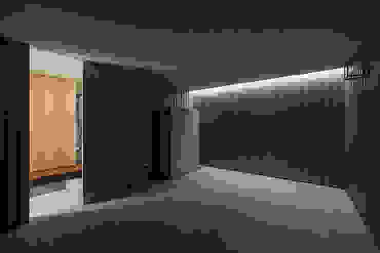 鳳の家 House in Otori モダンな 壁&床 の arbol モダン