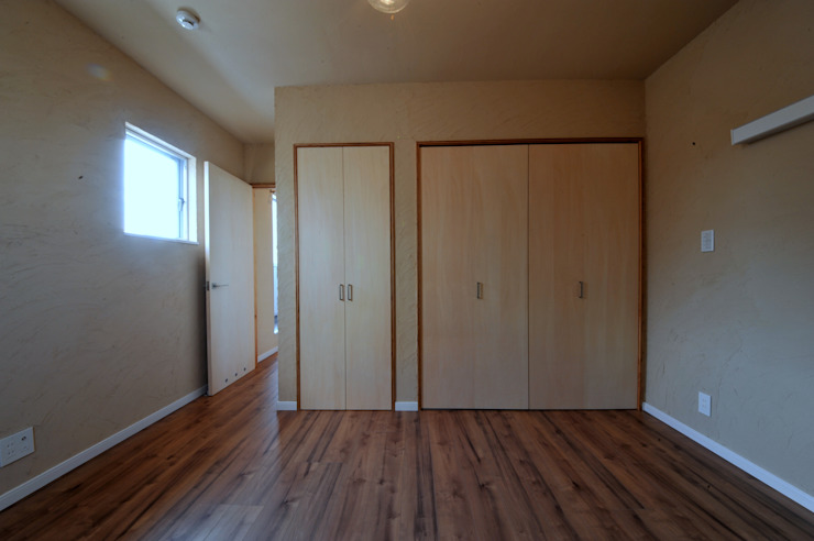 寝室 モダンスタイルの寝室 の スクエア建築スタジオ モダン
