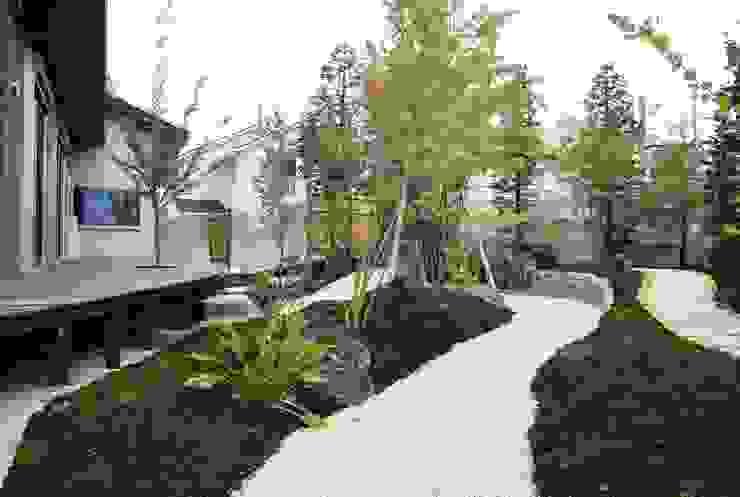 もてなしの家・和のエスプリを継ぐ家 モダンな庭 の やまぐち建築設計室 モダン