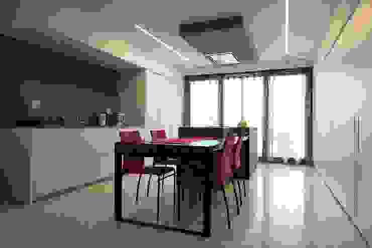 Cucina Cucina minimalista di M A+D Menzo Architettura+Design Minimalista