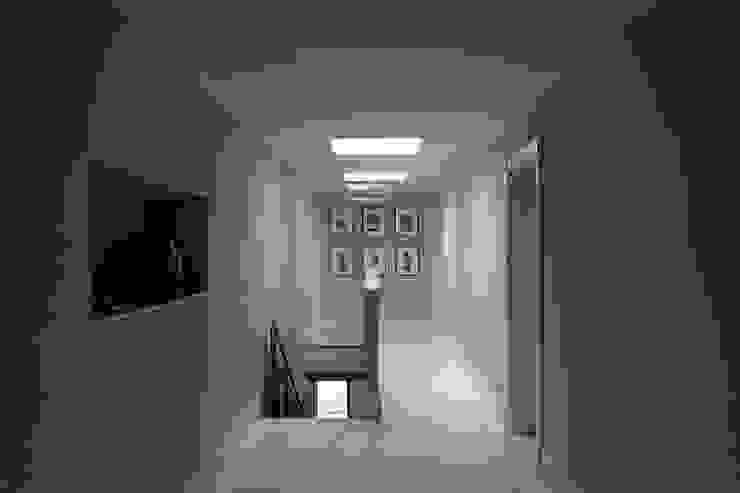 Minimalist corridor, hallway & stairs by M A+D Menzo Architettura+Design Minimalist
