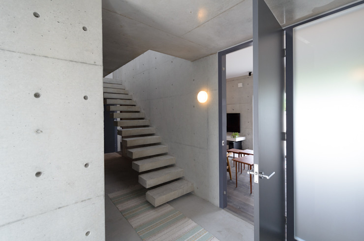 Industrial corridor, hallway & stairs by 風景のある家.LLC Industrial Concrete