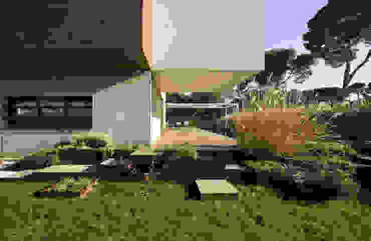 Casa D&E Jardines de estilo moderno de sanahuja&partners Moderno