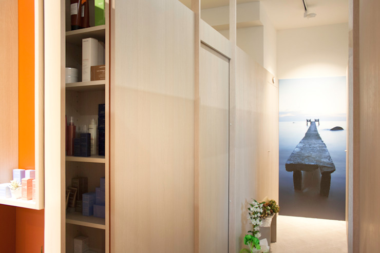 interni per l'accoglienza e il relax: identità di un nuovo centro estetico Negozi & Locali commerciali moderni di Flavia Benigni Architetto Moderno