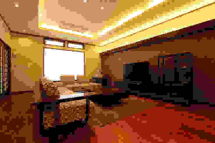 もてなしの家・和のエスプリを継ぐ家: やまぐち建築設計室が手掛けた和室です。,モダン
