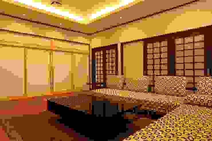 もてなしの家・和のエスプリを継ぐ家 モダンデザインの 多目的室 の やまぐち建築設計室 モダン