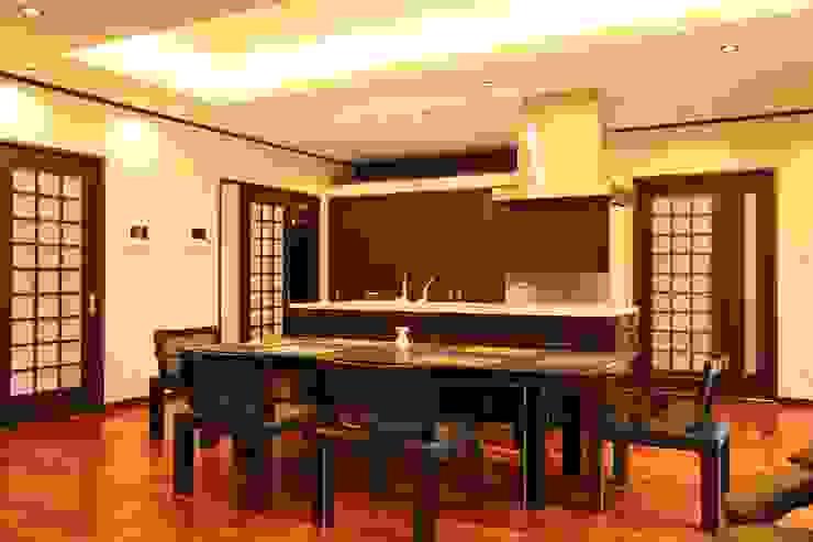 もてなしの家・和のエスプリを継ぐ家: やまぐち建築設計室が手掛けたダイニングです。,モダン