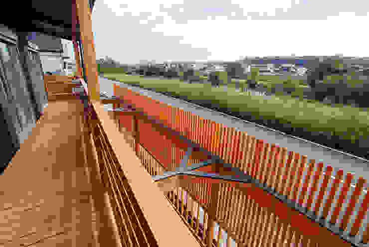 連格子のある家 Atelier繁建築設計事務所 モダンデザインの テラス
