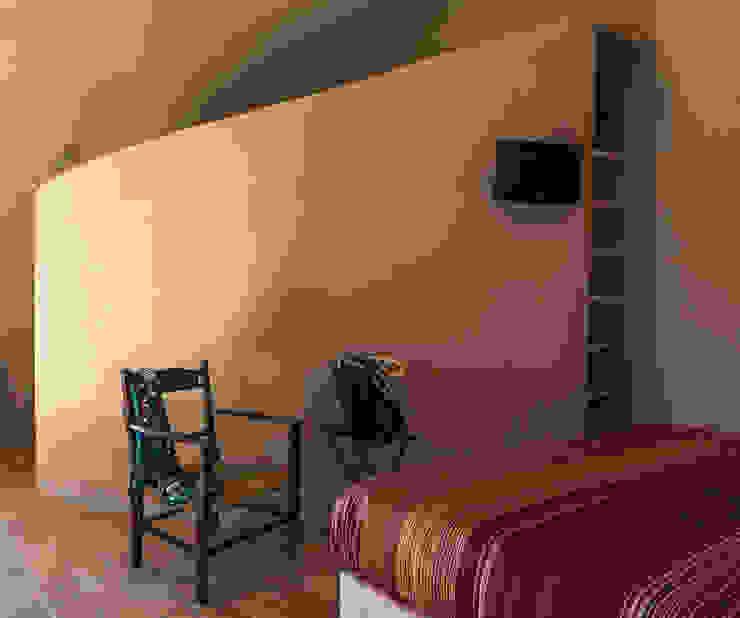 UN CELLAIO A POSILLIPO Camera da letto in stile mediterraneo di Lo studio di Giuliana Morelli Mediterraneo