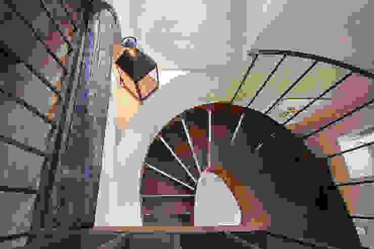 UN CELLAIO A POSILLIPO Ingresso, Corridoio & Scale in stile mediterraneo di Lo studio di Giuliana Morelli Mediterraneo