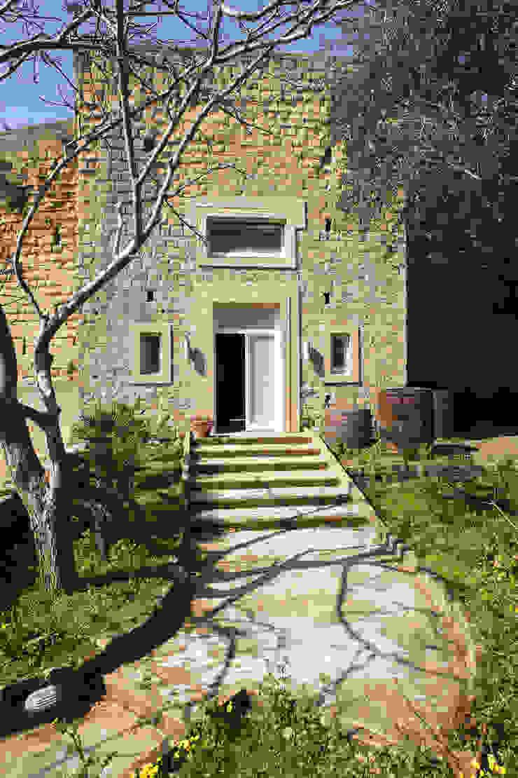 UN CELLAIO A POSILLIPO Case in stile mediterraneo di Lo studio di Giuliana Morelli Mediterraneo