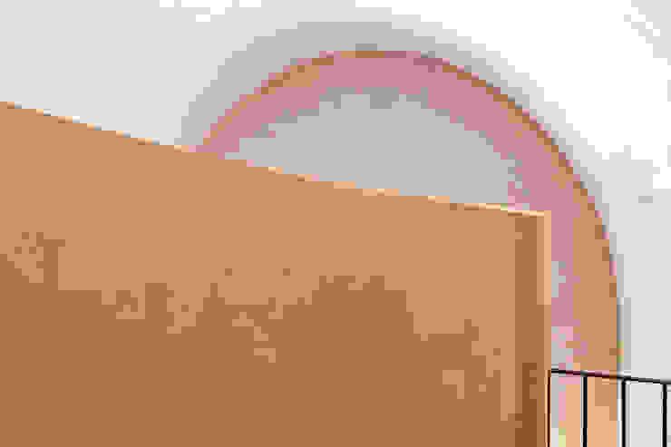 UN CELLAIO A POSILLIPO Pareti & Pavimenti in stile mediterraneo di Lo studio di Giuliana Morelli Mediterraneo
