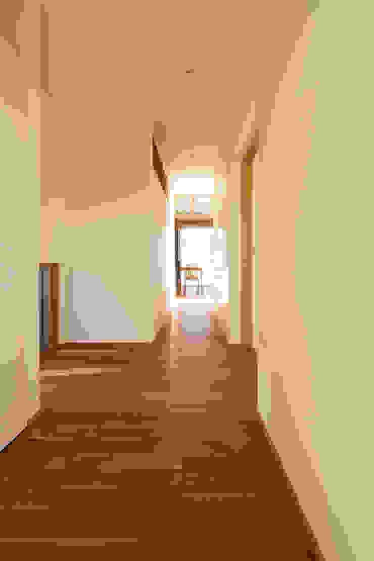 Scandinavian style corridor, hallway& stairs by 有限会社スマイルスタジオ/sMile sTudio Scandinavian