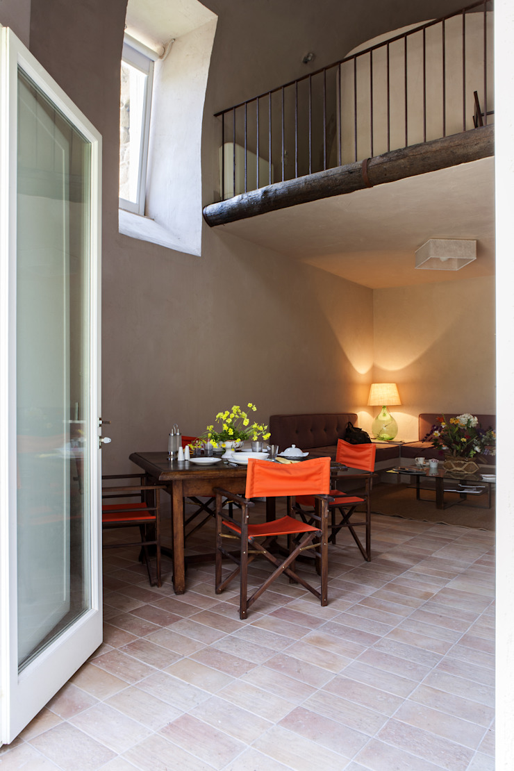 UN CELLAIO A POSILLIPO Sala da pranzo in stile mediterraneo di Lo studio di Giuliana Morelli Mediterraneo