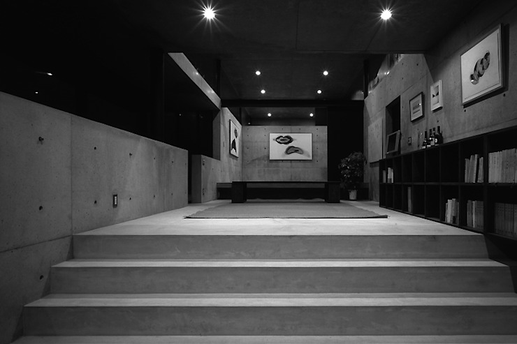House in Yatakayama Salas multimedia modernas de 藤本寿徳建築設計事務所 Moderno